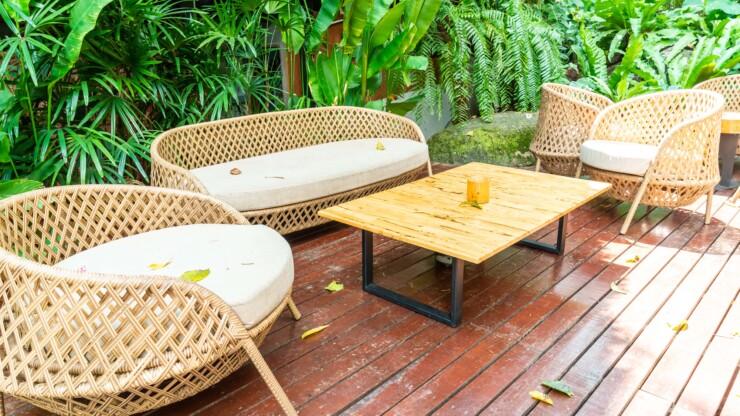 Un magazzino temporaneo per i mobili da giardino